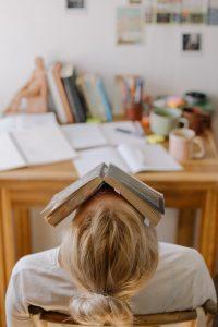 La mala relacion de creditos universitarios y horas estimadas necesarias