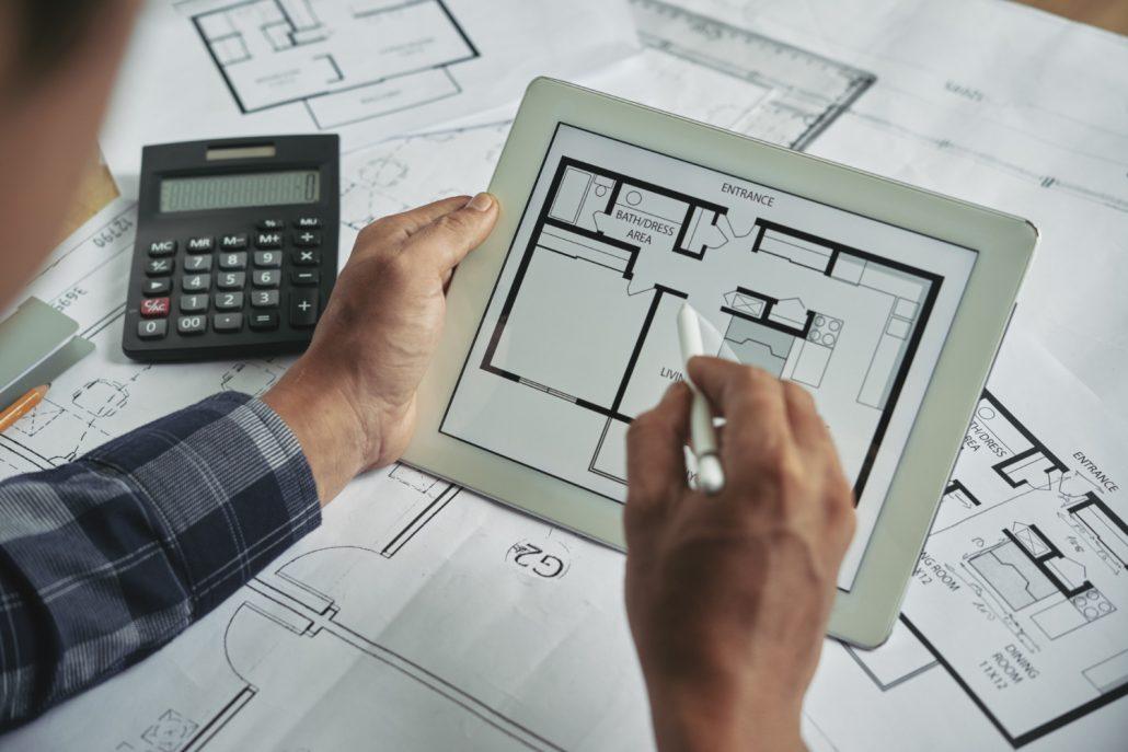 arquitecto creando planos